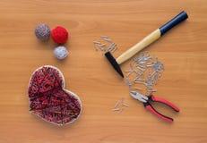 Outils pour l'ouvrage dans l'art de ficelle de montant sur la table en bois Photographie stock libre de droits