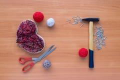 Outils pour l'ouvrage dans l'art de ficelle de montant sur la table en bois Photo libre de droits