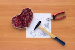 Outils pour l'ouvrage dans l'art de ficelle de montant sur la table en bois Image libre de droits