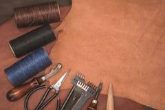Outils pour l'ouvrage de cuir et les morceaux de cuir brun Fabrication de cuir Images libres de droits