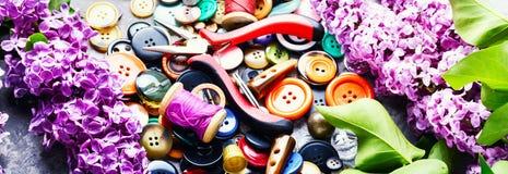 Outils pour la branche de lilas de couture Image stock