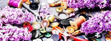 Outils pour la branche de lilas de couture Photo stock