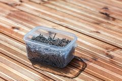 Outils pour la construction d'un plancher ou d'une terrasse en bois Screwdr image libre de droits