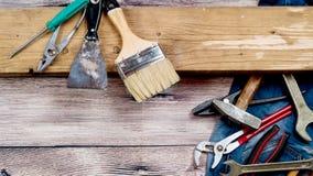 Outils pour la construction et la réparation sur un fond en bois Images libres de droits
