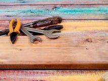 Outils pour la construction et la réparation sur un fond en bois Photo stock