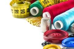 Outils pour la couture : bouton, dé, goupilles Image stock