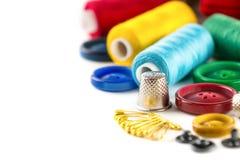 Outils pour la couture : bouton, dé, goupilles Photographie stock libre de droits
