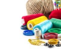 Outils pour la couture : bouton, dé, goupilles Photographie stock