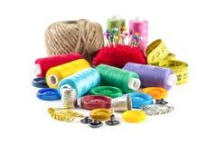 Outils pour la couture : bouton, dé, goupilles Photos stock