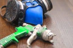 Outils pour la peinture Respirateur, gants, pistolet de pulvérisation photographie stock