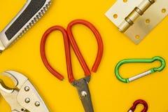 Outils pour la réparation sur le fond jaune simple image stock