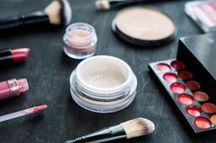 Outils pour le maquillage et nuances de cosmétiques les différentes du rouge à lèvres sur un concept en bois noir de fond, beauté Photos libres de droits