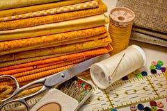 Outils pour le patchwork en jaune Photos libres de droits