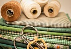 Outils pour le patchwork en vert images stock