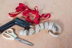 Outils pour le tapissage Tissu, métro, ciseaux Photos libres de droits
