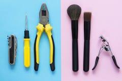 Outils pour les hommes et brosses de maquillage pour des femmes Image stock