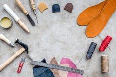 Outils pour réparer des chaussures sur l'espace en pierre gris de vue supérieure de fond de bureau pour le texte Images libres de droits