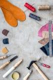 Outils pour réparer des chaussures sur l'espace en pierre gris de vue supérieure de fond de bureau pour le texte Photo stock