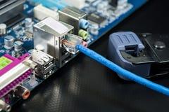 Outils pour sertir par replis des outils de câble de réseau pour sertir par replis le cabl de réseau image libre de droits