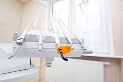 Outils professionnels de dentiste dans le bureau dentaire Photographie stock