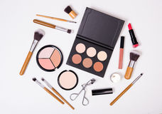 Outils professionnels de maquillage, flatlay sur le fond blanc image libre de droits