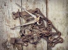Outils rouillés de vieux vintage sur une surface en bois photos stock