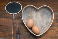 Outils rustiques de cuisine pour Bakerry ou la cuisson Oeufs crus avec le spooon et les outils en bois de cuisson Faites cuire au Image libre de droits