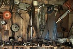 outils s'arrêtant sur un mur de grange images libres de droits
