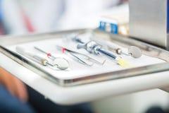 Outils stériles pour le dentiste dans la pratique Photographie stock libre de droits
