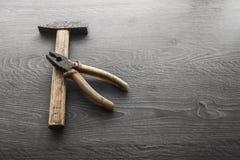 Outils sur le fond en bois de panneau Photo stock