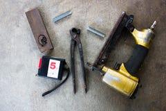 Outils sur un plancher dans l'atelier images libres de droits