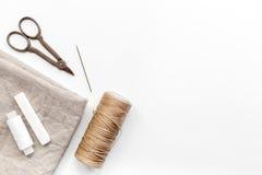 Outils, tissu et kit de couture pour la collection de passe-temps sur la maquette blanche de vue supérieure de fond Photos libres de droits