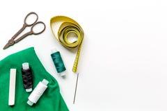 Outils, tissu et kit de couture pour la collection de passe-temps sur la maquette blanche de vue supérieure de fond Photos stock