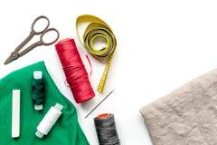 Outils, tissu et kit de couture pour la collection de passe-temps sur la maquette blanche de vue supérieure de fond Images stock