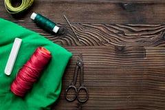Outils, tissu et kit de couture pour la collection de passe-temps sur la maquette en bois de vue supérieure de fond Image libre de droits