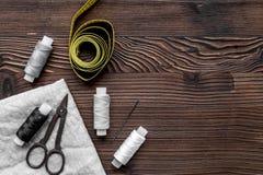 Outils, tissu et kit de couture pour la collection de passe-temps sur la maquette en bois de vue supérieure de fond Photos libres de droits