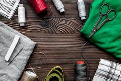 Outils, tissu et kit de couture pour la collection de passe-temps sur la maquette en bois de vue supérieure de fond Image stock