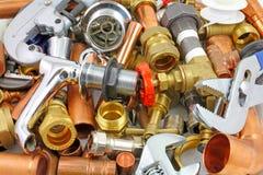 Outils, tuyaux et garnitures du ` s de plombier photographie stock