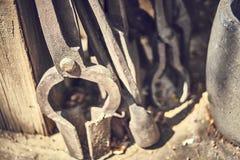 Outils vieux et d'oxyde dans une ferme photographie stock