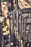 Outils vieux et d'oxyde dans une ferme image libre de droits