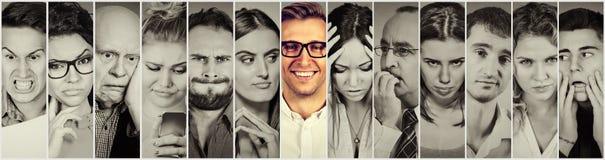 outlier Grupp av negativt folk och den lyckliga mannen fotografering för bildbyråer