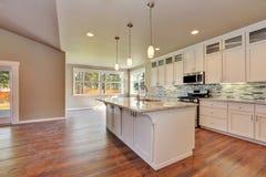 Outlook à la cuisine moderne de luxe dans une maison toute neuve photo stock