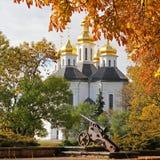 Outono bonito Árvores amarelas Igreja Igreja velha em Chernigov Abóbada dourada history Cidade velha fotografia de stock royalty free