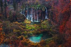 outono bonito da cachoeira no parque nacional de Plitvice, Croácia imagens de stock