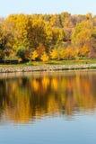 Outono colorido Aleia ao longo do riverbank no fundo do parque do outono Reflexões no rio imagem de stock royalty free