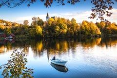 outono colorido e sereno em Gamlehaugen em Bergen, Noruega fotografia de stock