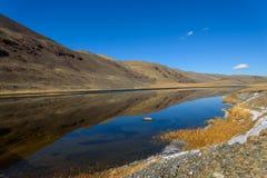 outono da reflexão das montanhas do lago Foto de Stock