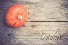 outono e colheita: A ab?bora est? encontrando-se em uma tabela r?stica, de madeira ' outubro foto de stock