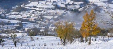 outono e queda de neve no parque natural de Aizkorri-Aratz e na cidade de Zegama Foto de Stock