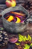 outono e vinho ferventado com especiarias Fotos de Stock Royalty Free
